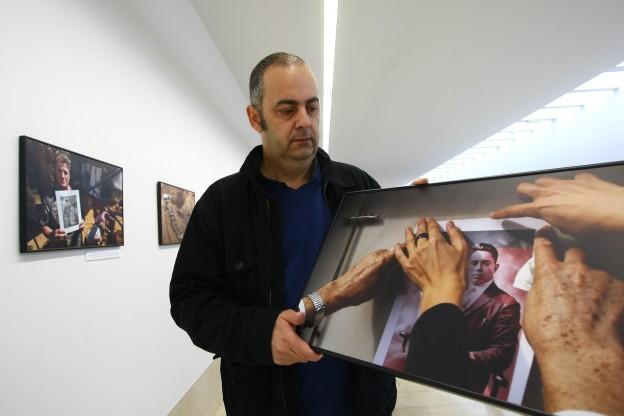 Recuperacion para la memoria histórica Emilo Silva junto a una foto de su abuelo /
