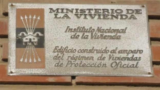 Placa-falangista-edificio-viviendas_EDIIMA20140423_0296_4