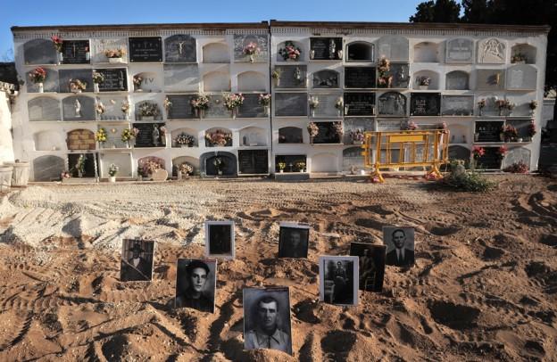 090814 PUEBLA DE CAZALLA vistas de la fosa comun cubiertas por arena y nichon sobre la fosa fotografias de algunos de los desaparecidos PUBLICO laura leon