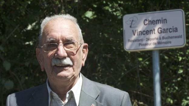 Vicente-Garcia-junto-placa-inaugurada_EDIIMA20170611_0190_20