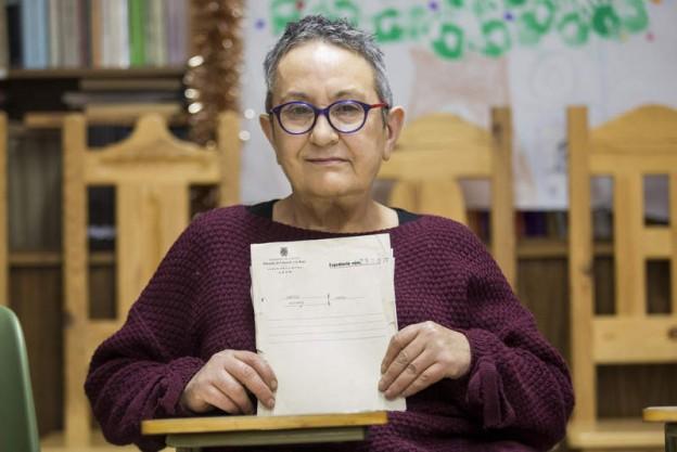 Foto a María García, con documentos del patronato de protección a la mujer. F. Otero Perandones.