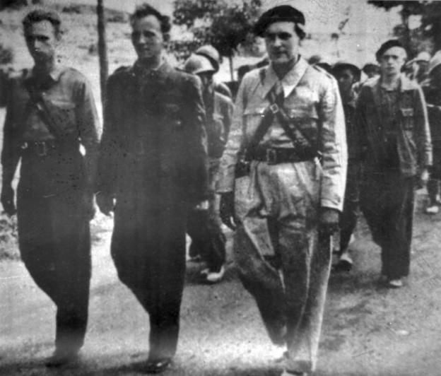"""ADN-ZB/6/8/81/Berlin Heinz Priess (l.), heute 66 Jahre alt, ist ehemaliger Spanienkämpfer. Er kämpfte im """"Hans Beimler Bataillon"""" u.a. 1937 an der Guadalajara-Front, hier mit anderen Interbrigadisten."""
