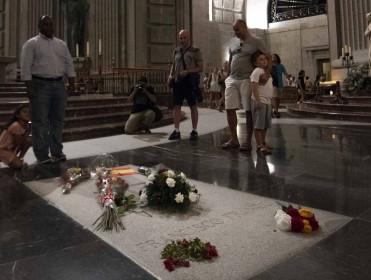Los Franco piden honores militares para el entierro del dictador en La Almudena