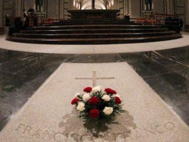 Memorialistas critican que el Gobierno regalase las placas del ataúd de Franco a su familia