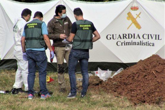 La exhumación de la fosa sobre la que se instaló una granja de cerdos sigue paralizada por orden judicial